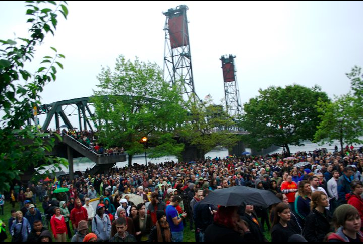 4,000 Protesters Form Hand-Holding Bridge In Portland For Gay Safety
