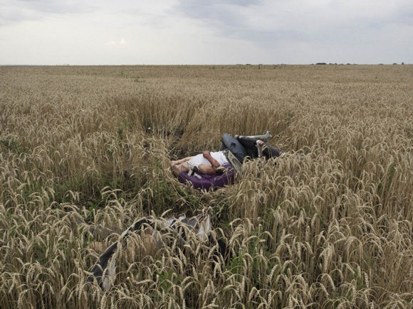these-20-award-winning-photos-5, Malaysia Airlines, Malaysia Airlines passenger, dead Malaysia Airlines passenger, Ukraine