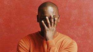 homem negro, facepalm, envergonhado