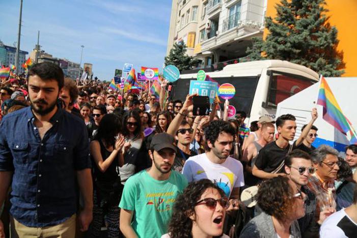 Polícia Turca Usa Canhões D'água e Balas de Borracha na Marcha do Orgulho de Istambul
