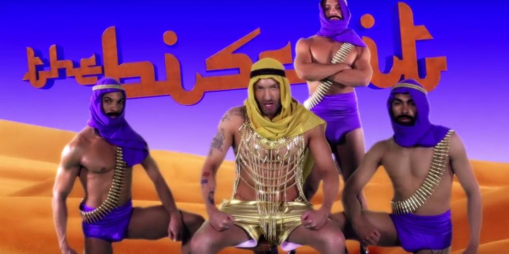 """VIDEO: Cazwell Mistura Gostosos Do Oriente Médio E Estereótipos Em """"The Biscuit"""""""