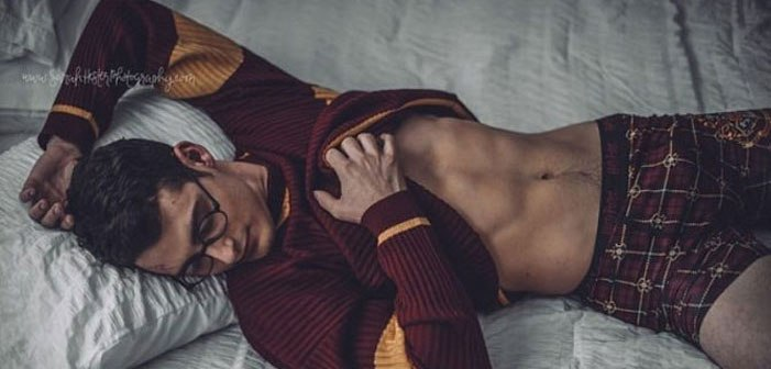 การถ่ายภาพแฮรี่พอตเตอร์ถือไม้เท้าในห้องนอนเซ็กซี่แสนมหัศจรรย์