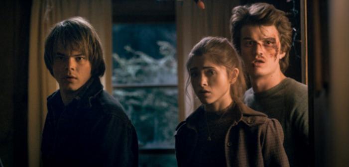 'Stranger Things' Stars Kiss at the Golden Globes (Video)