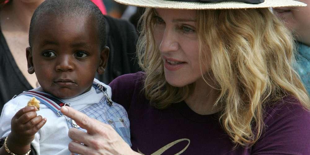 Sin Importarle Preguntas Incómodas, Madonna Adopta Gemelos de Malawi.