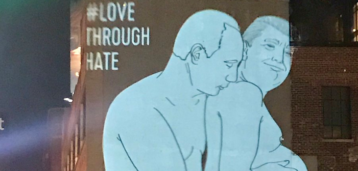 L'image d'un Vladimir Poutine nu et d'un Donald Trump enceint projetée sur un building new yorkais