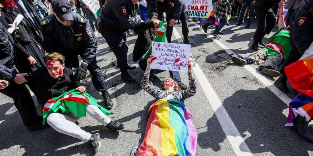 Polícia russa confronta ativistas LGBT durante protestos no dia do trabalho