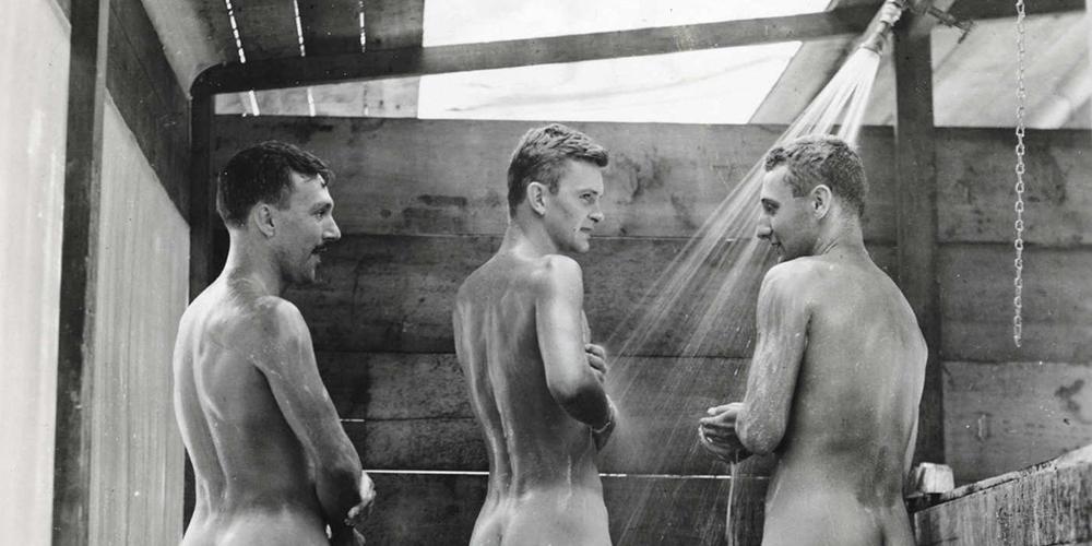 5 rituales de iniciación militar homoeróticos, desde paseos en elefante hasta buffets corporales