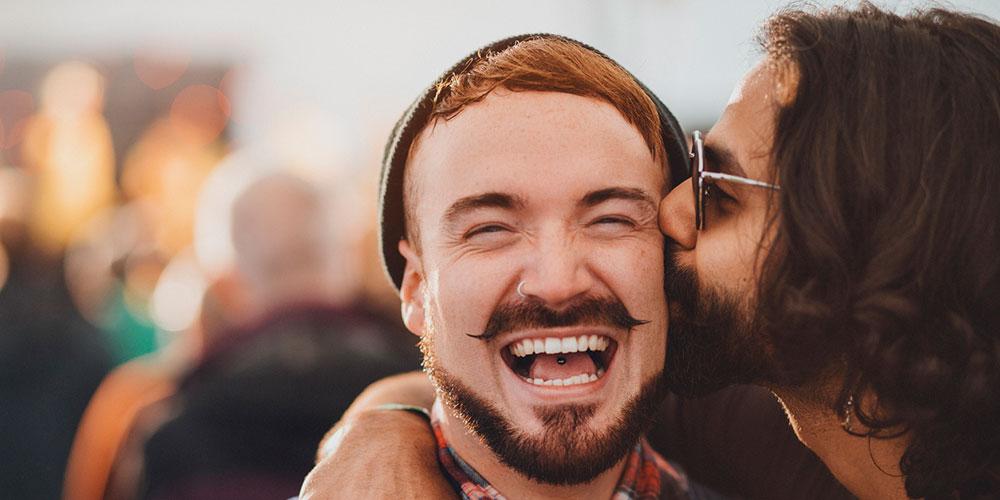 Six couples de gays et de lesbiennes en kiss cam au Dodgers Stadium de Los Angeles