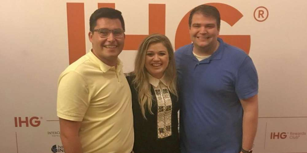 Kelly Clarkson Adorably Helps Gay Couple Get Engaged