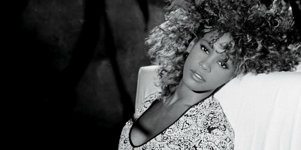 Un documentaire sur Whitney Houston évoque son rejet de la célébrité et sa bisexualité