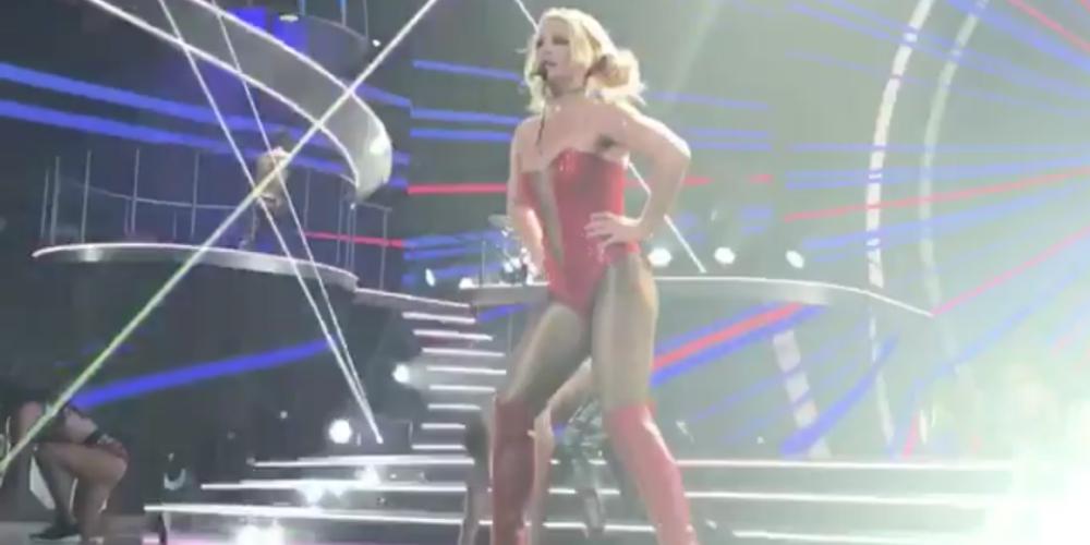 Un Fan Asustó a Britney Spears Subiéndose al Escenario en el Show de Anoche en Las Vegas (Video)