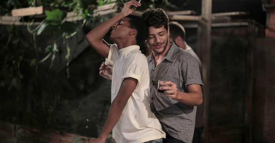 """""""Corpo Elétrico"""" estreia com roteiro que contesta os padrões"""