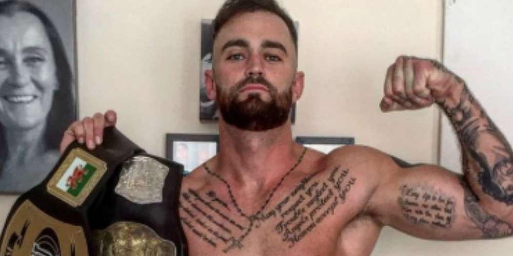 來自威爾斯的拳擊手喜歡在網路上露鳥