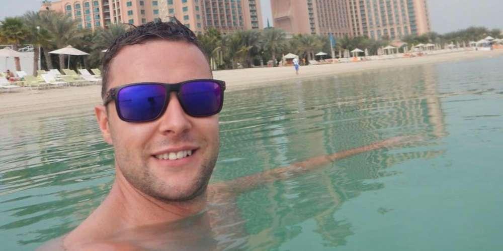 Este Hombre Fue Arrestado en Dubai por Haber Tocado a Otro Hombre en un Bar