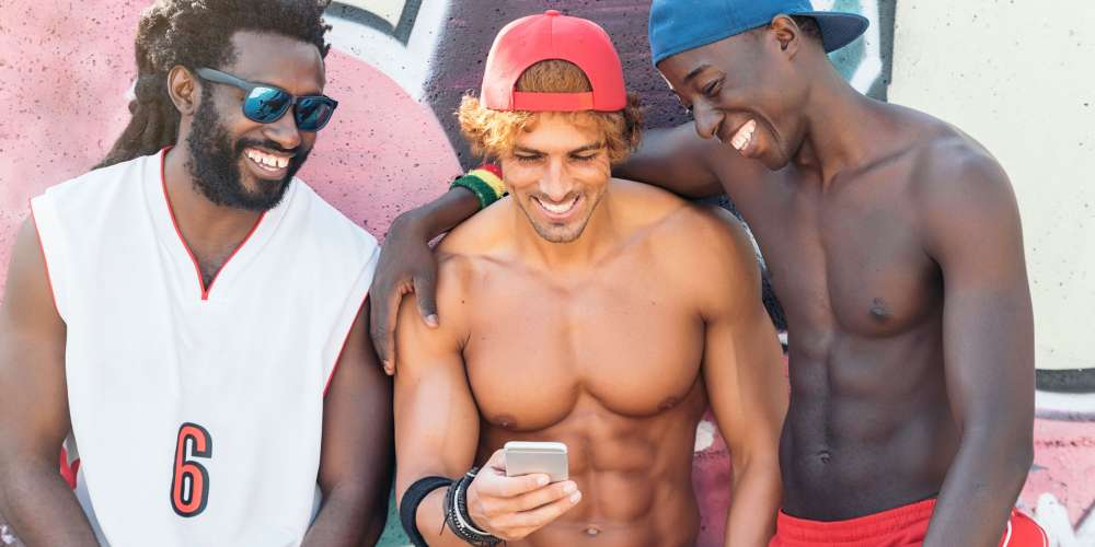 Guys Prefer 'Bromances' Over Romantic Relationships, New Study Finds