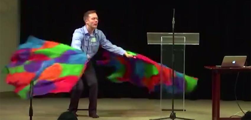 VÍDEO: Grupo anti-LGBTI faz dança bizarra com a bandeira do arco-íris