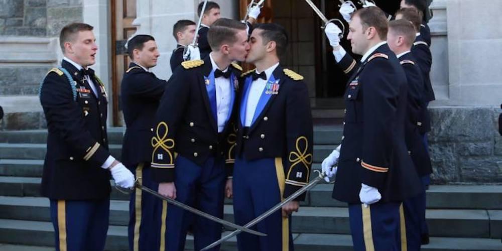 Estos Soldados se Convirtieron en la Primera Pareja en Casarse en un Academia Militar
