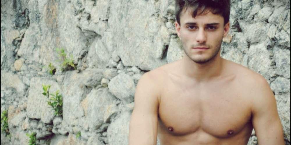 Hugo Bonemer sai do armário e diz estar namorando um ator