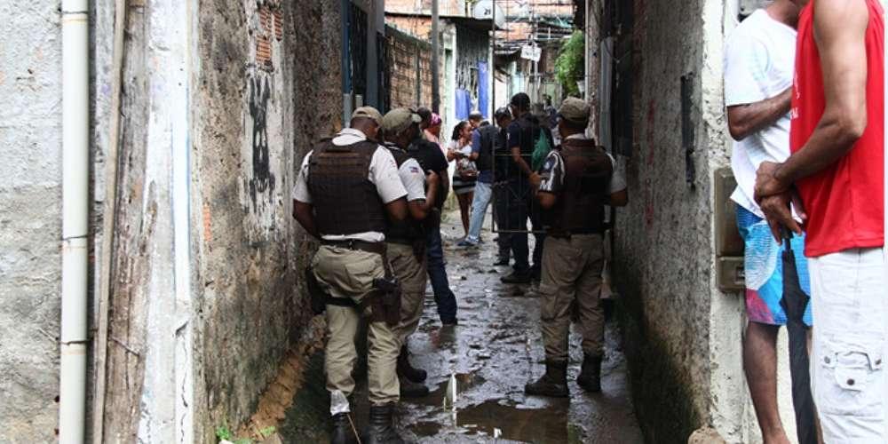 Casal gay assassinado dentro de casa após se mudar para área de facção em Salvador