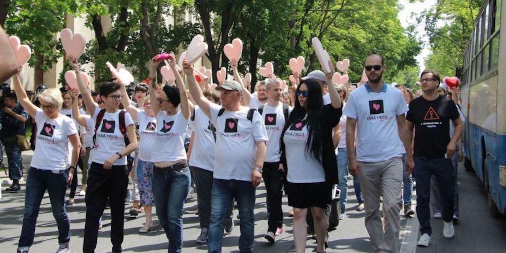 شرطة مولدوفا تستخدم الغاز المسيل للدموع ضد المتظاهرين ضد المثليين خلال شهر مارس ضد رهاب المثلية (فيديو)