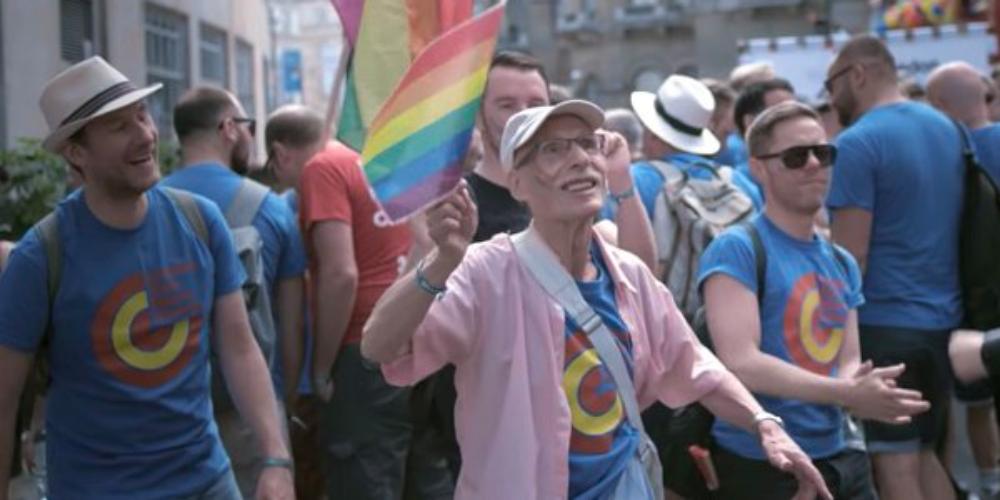 Nunca é tarde: homem de 86 anos saiu do armário e inspira jovens pelo mundo (vídeo)