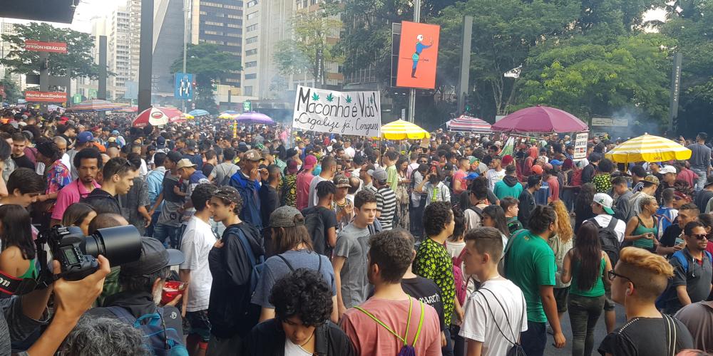Marcha da maconha reúne 40 mil pessoas em prol da legalização. Veja fotos.