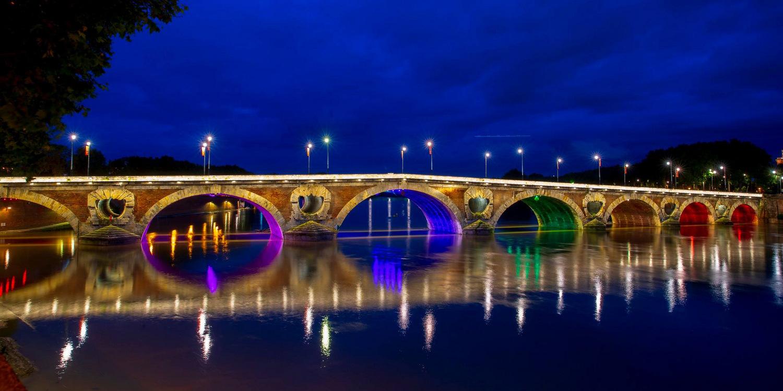 La ville de Toulouse illumine le Pont Neuf aux couleurs du rainbow flag