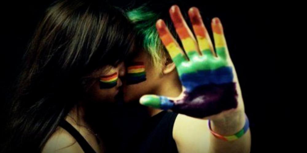"""Casal de lésbicas comete suicídio junto a filha: """"O mundo não nos deixa viver"""""""