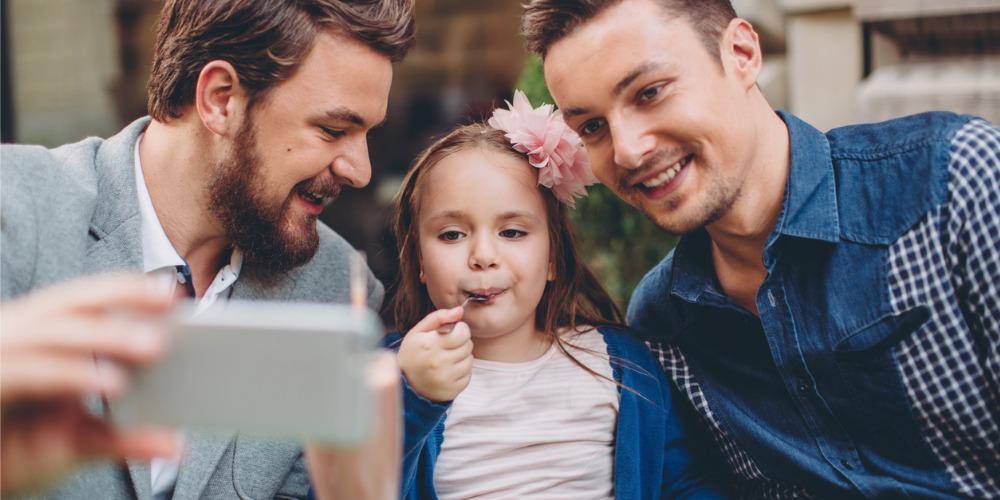 Adoption «d'enfants atypiques» pour les couples homos: Le Défenseur des droits se saisit de l'affaire
