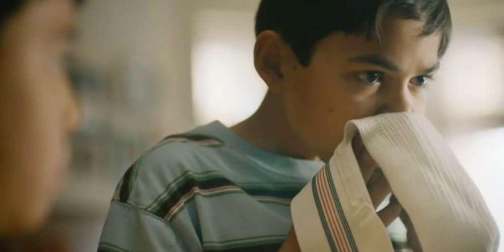 Cheira-cueca: veja o comercial que está deixando a web maluca com um garoto cheirando uma Jock