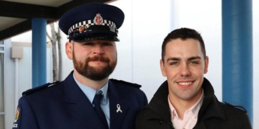 Policial pede namorado em casamento no dia de sua formatura, veja vídeo