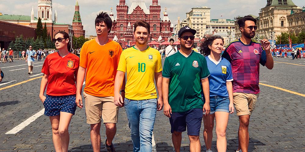 6 Activistas Forman una Bandera de Arcoíris Frente a las Autoridades Rusas en Pleno Mundial (Actualizado)