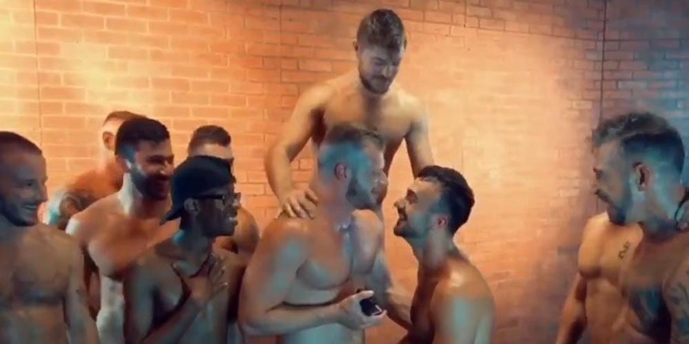 Ator pornô Brian Bonds pede namorado em casamento durante orgia
