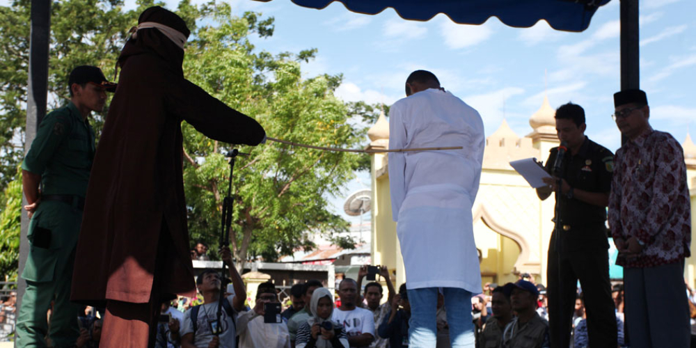 Casal gay é punido em público com 80 chibatadas na Indonésia