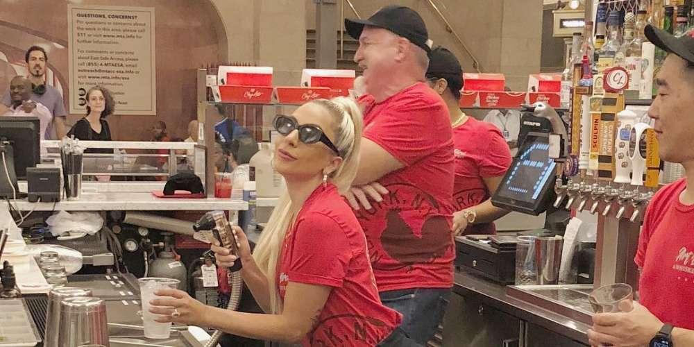 Lady Gaga joue les serveuses dans le restaurant new-yorkais de son père