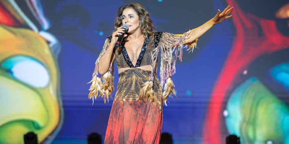 Daniela Mercury defende atriz trans censurada e beija esposa no palco (vídeo)