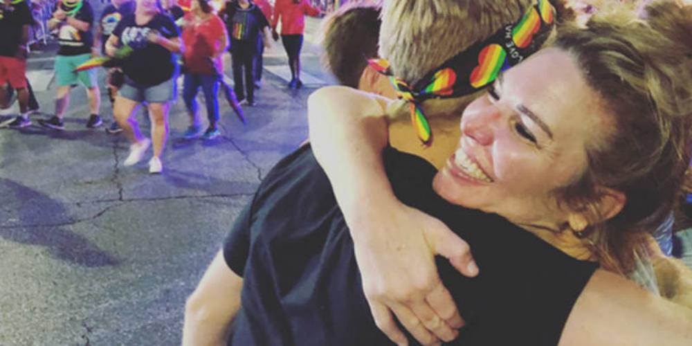 Igreja promove abraço coletivo de mães para LGBTIs expulsos de casa