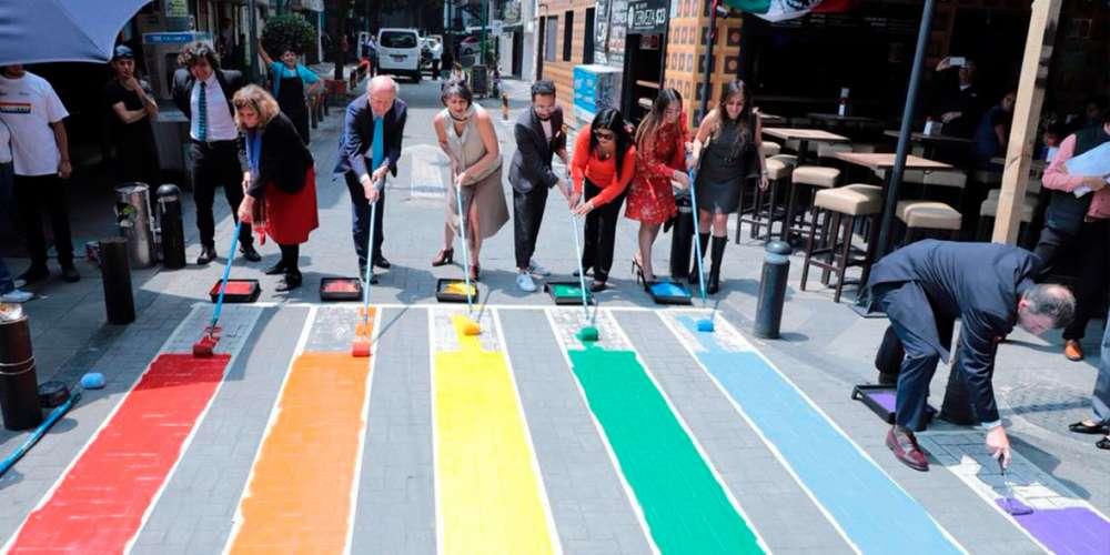 La Ciudad de México Pinta su Primer Paso Peatonal de Arcoíris