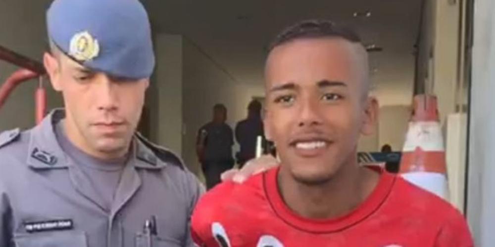 Homem mata travesti, arranca seu coração e diz sorrindo aos repórteres 'Era um demônio'