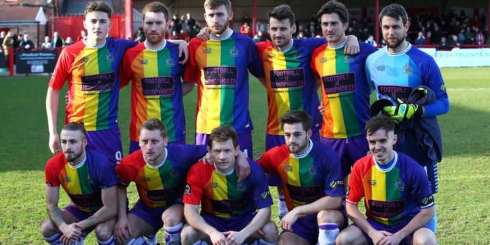 Equipo de Fútbol de Inglaterra Hace Historia con este Uniforme de la Bandera LGBTI