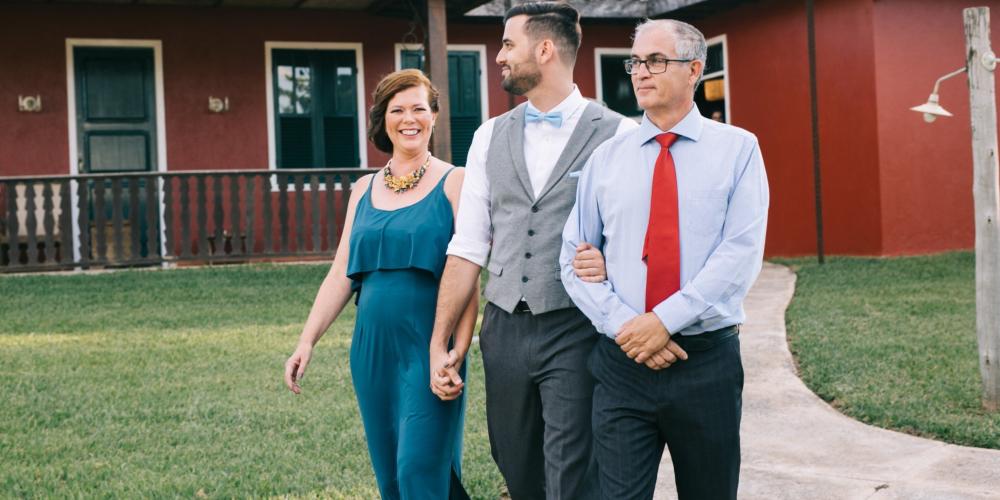 Pai celebra casamento de filho gay e viraliza na web