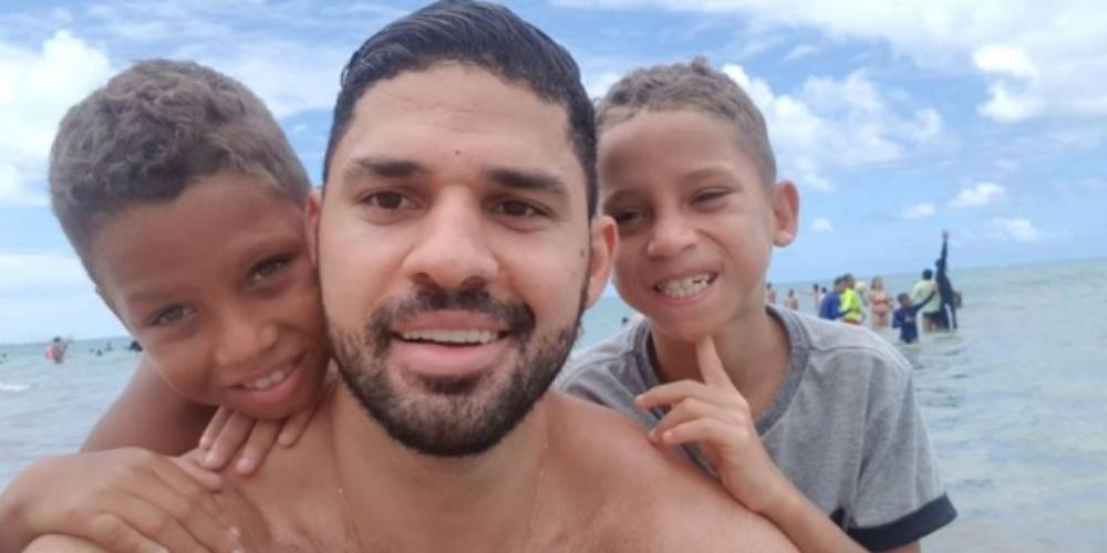 David Miranda oficializa adoção de filhos junto a marido