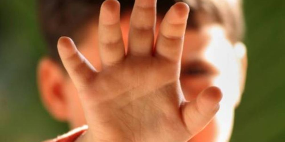 Pai espanca filho de 3 anos por brincar com batom da irmã