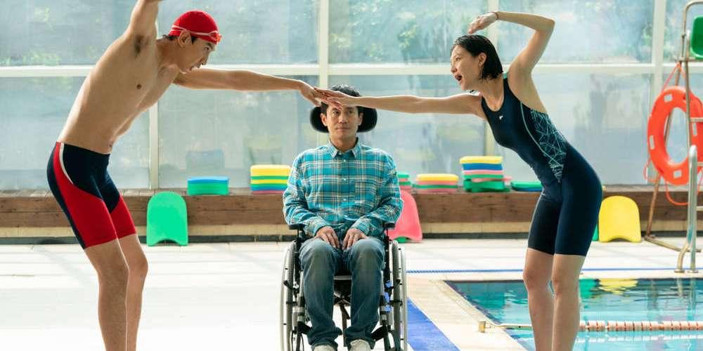 肢體殘疾的聰明老哥,四肢發達的傻瓜小弟,多元成家,1加1等於1