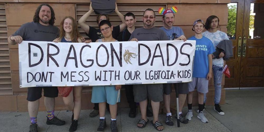 """Los """"Dragon Dads"""" son una comunidad en línea que ofrece apoyo a los padres de los niños LGBTQ."""