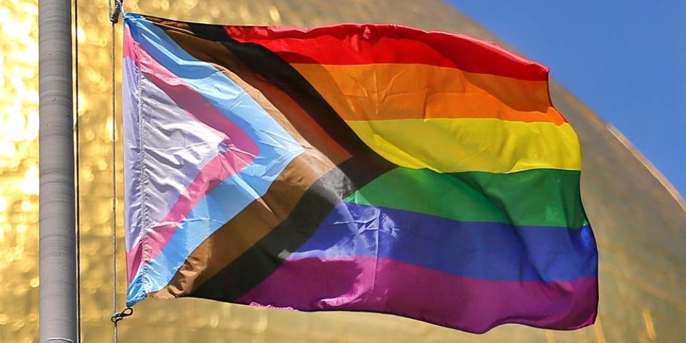 Nova bandeira do orgulho, por que pessoas LGBT+ começaram a usá-la?