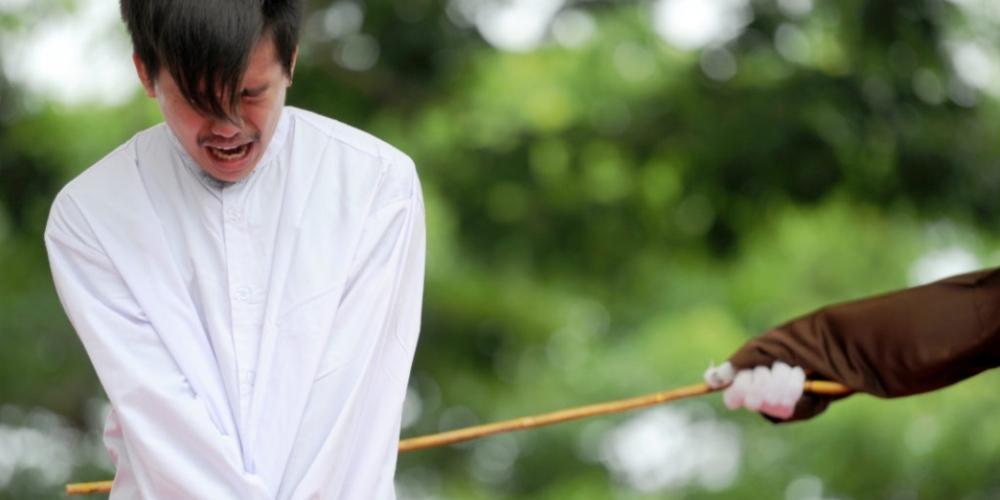 """Casal gay poderá levar 100 chicotadas por """"orientação sexual ilegal"""" na Indonésia"""