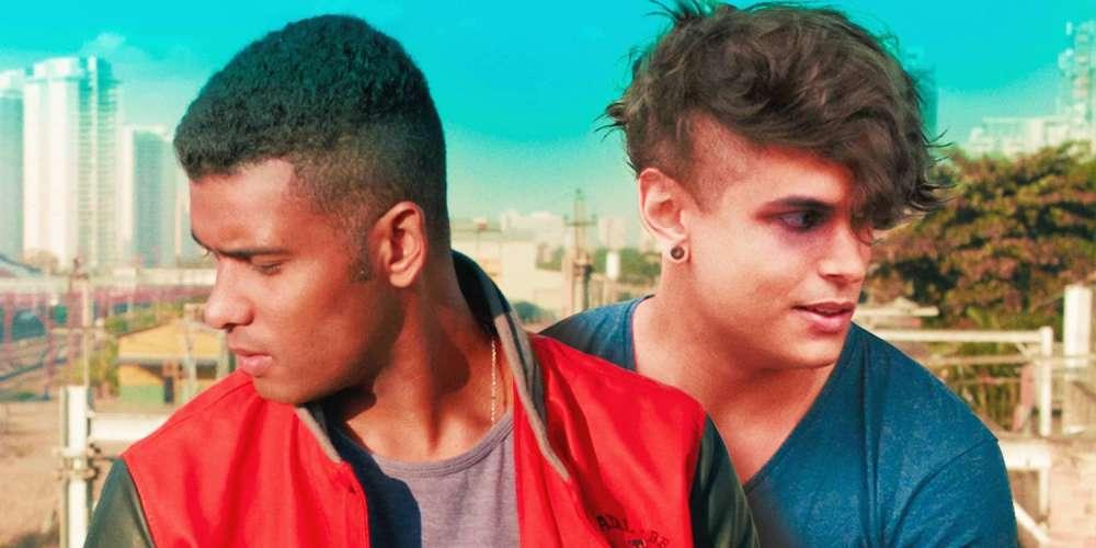 За пределами Бразилии наконец-то стал доступен квир-фильм о совершеннолетии «Сводный брат»